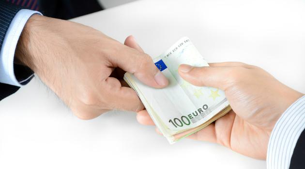 corruzione-soldi-mazzette-mani.jpg