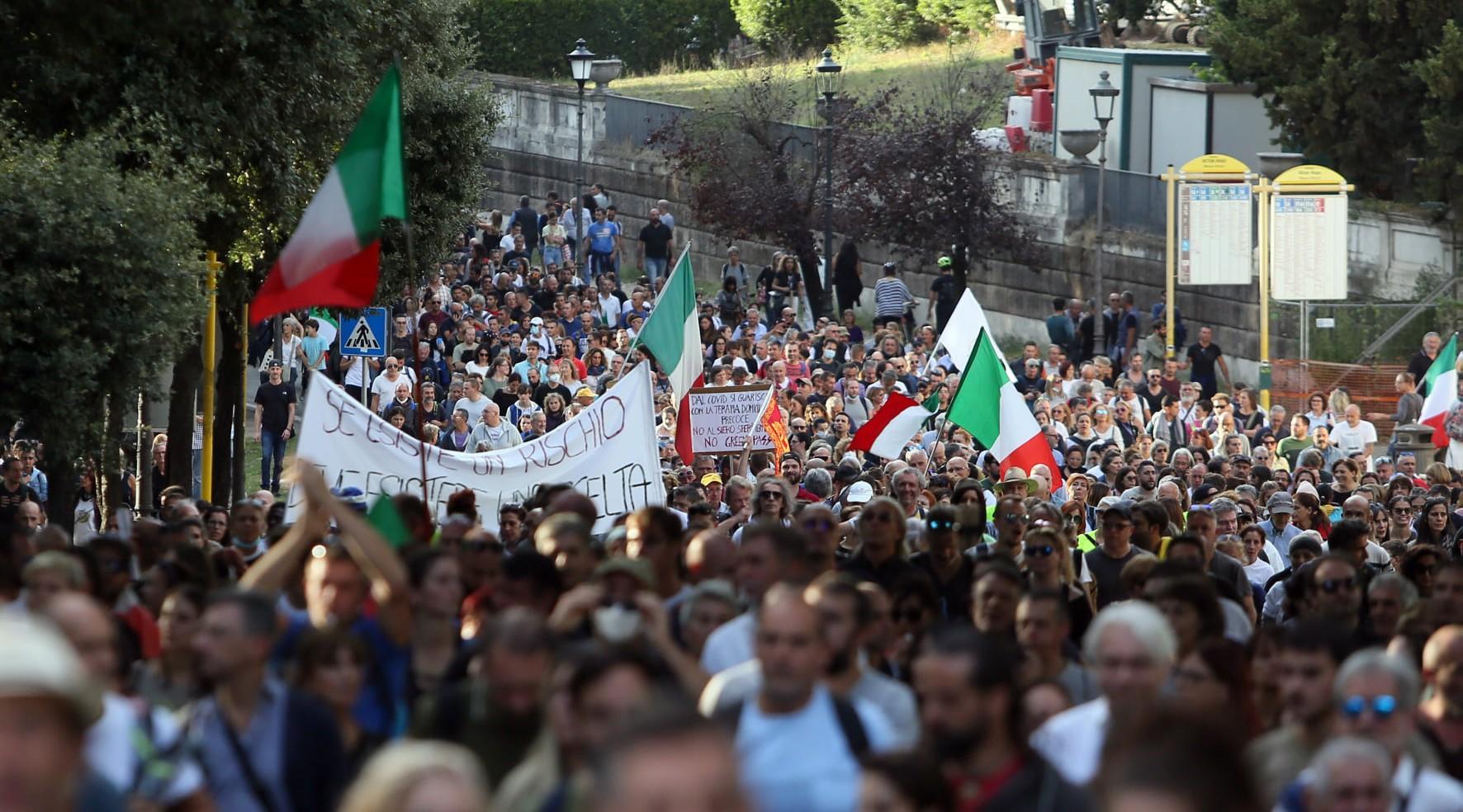 Sulla violenza esplosa alla manifestazione romana contro il green pass